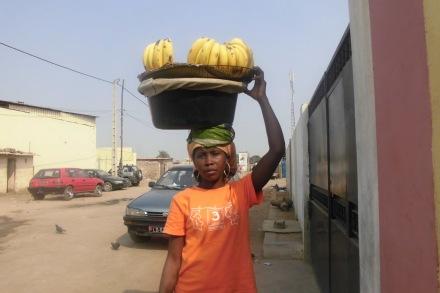 Mulher zungueira, zungando banana.